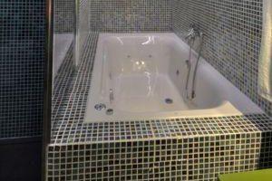 Habitación con hidromasaje en un hotel de Cáceres