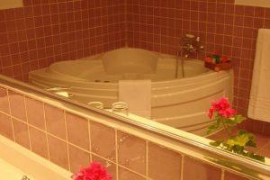 Bañera de hidromasaje en un hotel rural de Cáceres