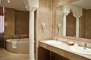 Bañera de hidromasaje en un hotel en el centro de Cáceres