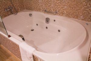 Bañera de hidromasaje en un hotel de Almería