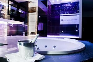 Lujoso hotel con bañera de hidromasaje en la habitación en Zaragoza