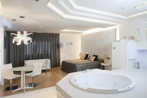 Elegante hotel con bañera de hidromasaje en la habitación en Zaragoza