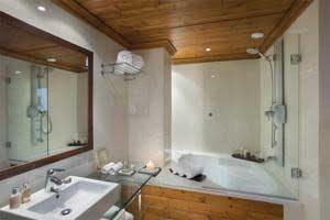Hotel de lujo con bañera de hidromasaje moderna en el baño privado en Cataluña
