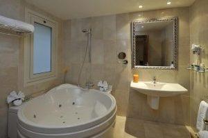 pintoresco hotel con jacuzzi en la habitación en Barcelona