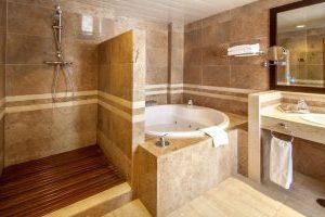 hotel con bañera de hidromasaje en el baño privado en Bahía de Palma