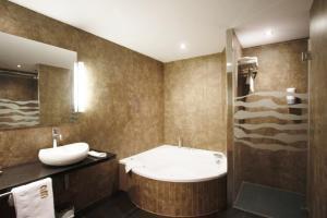 hotel rural con spa y bañera de hidromasaje privada en el Prepirineo