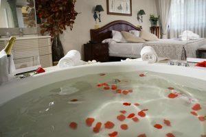 romántico hotel con bañera de hidromasaje en la habitación en la ciudad de Toledo