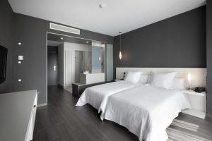 Vanguardista hotel con bañera de hidromasaje en la habitación en Huesca