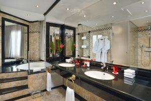 Elegante hotel con bañera de hidromasaje en la habitación en Mallorca