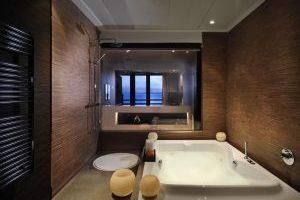hotel con bañera de hidromasaje en la habitación en Illetas