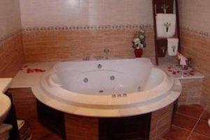 Calido hotel con bañera de hidromasaje privada en Olvera
