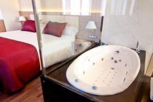 hotel con bañera de hidromasaje en la habitación en Alicante