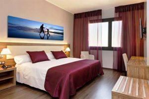 Dormitorio con bañera de hidromsaje al lado de la cama en Alicante