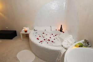 particular hotel con jacuzzi en la habitación en Albalate de Zorita