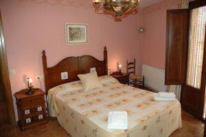 casa rural con bañera de hidromasaje en la habitación en La Todolella