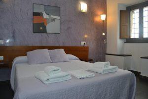 hotel con bañera de hidromasaje en el baño privado en Guadalajara