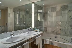 imperial hotel con bañera de hidromasaje en el baño privado en Zaragoza
