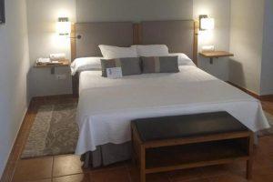 sencillo hotel con bañera de hidromasaje privada en