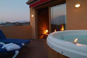 hotel con jacuzzi en la terraza en Garriguella, Girona