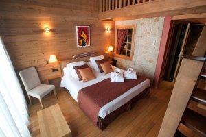 hotel con jacuzzi en la terraza en Garriguella