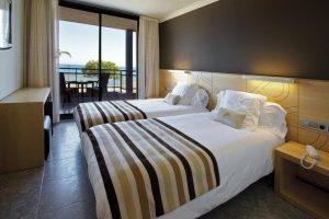 Hotel playero con bañera de hidromasaje en la habitación en Girona