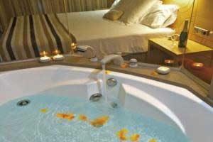 hotel con bañera de hidromasaje en la habitación en la playa de Girona