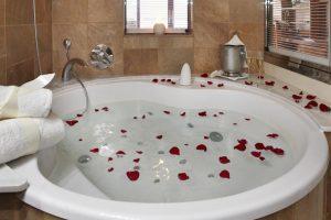 hotel spa con bañera de hidromasaje en el baño privado