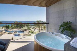 lujoso hotel con jacuzzi en la terraza en Gran Canaria