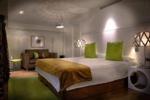 Moderno hotel con bañera de hidromasaje privada en el centro de Barbastro