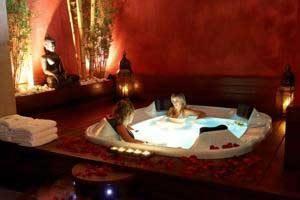 hotel con bañera de hidromasaje privada y jacuzzi en el spa en Lleida