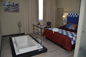 hotel temático con bañera de hidromasaje en la habitación en Toledo