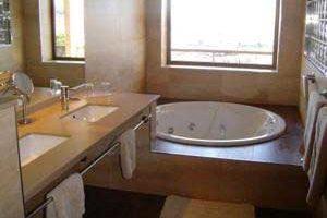 hotel con jacuzzi en el baño privado en Girona