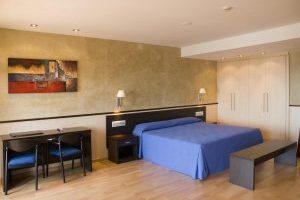 hotel con jacuzzi en el baño privado en LLoret del Mar