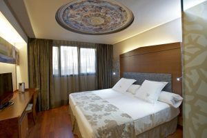 Lujoso hotel con bañera de hidromasaje privada en el centro histórico de Huesca