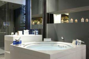 Lujoso hotel con jacuzzi en la habitación en Barcelona