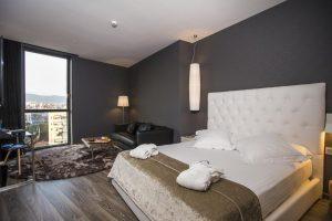 Moderno hotel con jacuzzi en la habitación en Barcelona