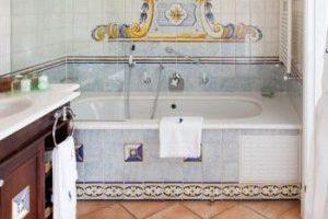 ostentoso hotel con bañera de hidromasaje en el baño en Gran Maspalomas