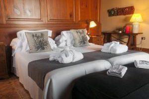 hotel con bañera de hidromasaje en la habitación en Falset