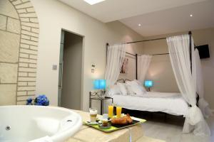 ostentoso hotel con bañera de hidromasaje privada en la habitación en Pedrola