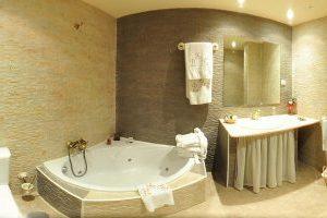 tradicional casa rural con bañera de hidromasaje en Atanzón