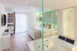 gran hotel con bañera de hidromasaje en la habitación en Tenerife