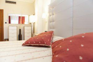 hotel con bañera de bañera de hidromasaje en la habitacion