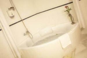 tranquilo hotel con bañera de hidromasaje privada en Baeza