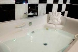 motel con bañera de hidromasaje en la habitacion