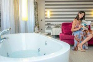 hotel 4 estrellas con bañera de hidromasaje en la habitación en Vinaros,
