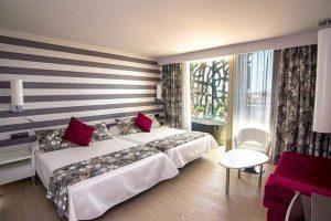 hotel con bañera de hidromasaje en la habitación en Vinaros