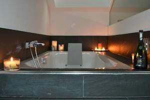 vinotel con bañera de hidromasaje en la habitacion