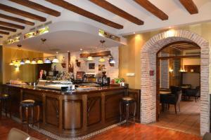 rustico hotel con bañera de hidromasaje privada en la habitación en Tarazona