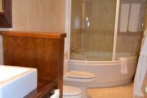 tranquilo hotel con bañera de hidromasaje en la habitación en Tarazona