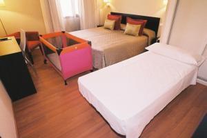 pintoresco hotel con bañera de hidromasaje en el baño privado en Jaén